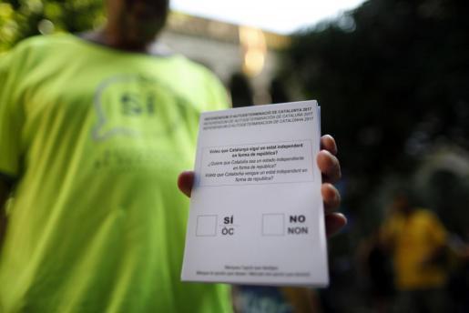 Las papeletas del referéndum sobre la independencia de Cataluña se han encontrado entre el material requisado en las últimas semanas por la Guardia Civil, aunque ello no ha evitado que se sigan viendo por las calles.