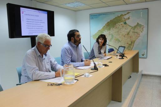 Vicenç Vidal, conseller de Medi Ambient, Agricultura i Pesca; Joana Garau, directora general de Recursos Hídrics y Toni Garcías, gerente de l'Agència Balear de la Qualitat de l'Aigua.