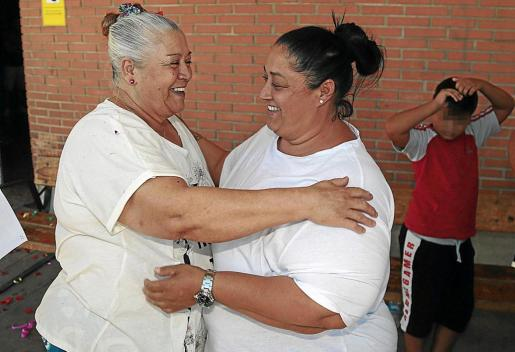 A la izquierda, Francisca Cortés Picazo, 'La Paca', abrazada a su hija (a la derecha) Manuela Fernández Cortés , alias 'La Guapi', hace unos meses durante un permiso penitenciario que obtuvo la matriarca del poblado de Son Banya.