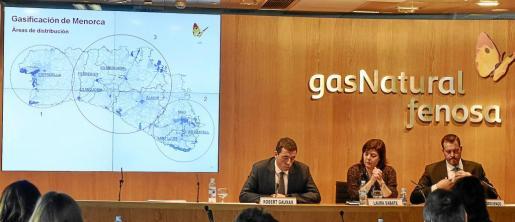 Robert Gauxax, Laura Sabaté y Avelino Arguendo durante la presentación del proyecto. A la izquierda, el mapa de Menorca con el ámbito de cada punto de distribución.