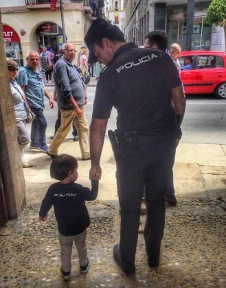 La llamada de un niño de 5 años al 091 ha permitido salvar la vida a su madre este viernes en Oviedo.
