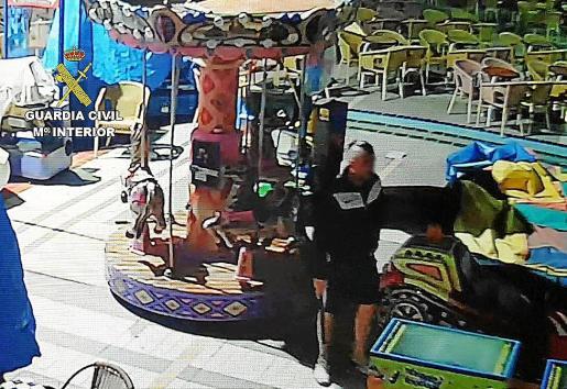 El sospechoso fue grabado por una cámara robando en un parque infantil.