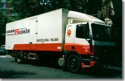Tiene una amplia flota de camiones.