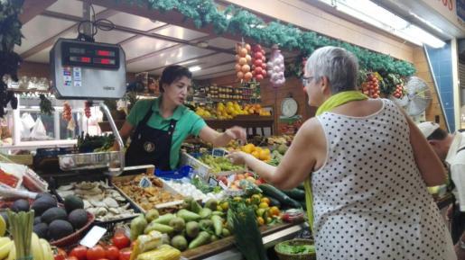 Noelia García de Frutas Jiménez atendiendo a una clienta.