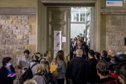 La afluencia de personas dispuestas a participar en el referéndum ha comenzado a crecer a partir de las 5 de la mañana ante los colegios y locales de Cataluña.