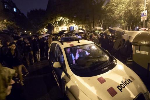 Una patrulla de Mossos D'Esquadra levantan acta tras visitar el centro cívico de la Sedeta donde se han congregado varios centenares de personas para evitar el cierre del colegio electoral.