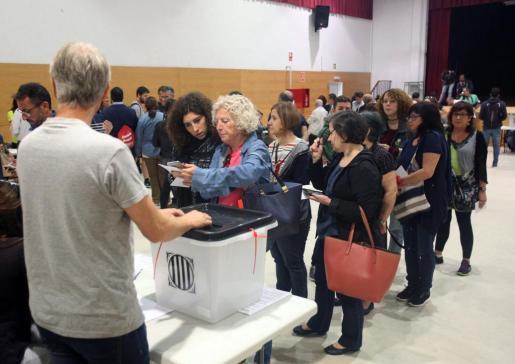 Inicio de las votaciones en el IES Antoni Martí i Franquès de Tarragona.
