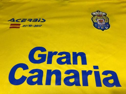 La U.D. Las Palmas había sido autorizada a jugar frente al Barça con la bandera de España bordada en las camisetas de los jugadores.