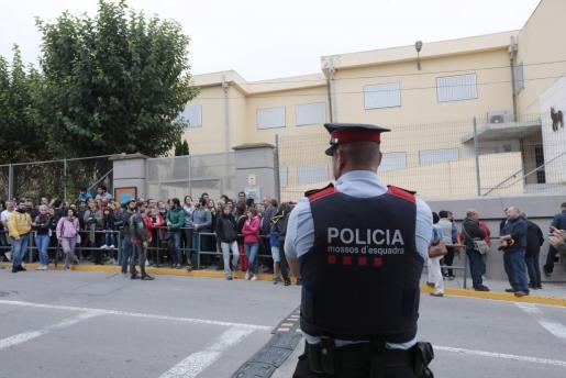 Decenas de personas hacen cola desde las 5 de la mañana ante el IES Montbui, de Santa Margarida de Montbui (Barcelona), para votar en el referéndum independentista del 1-O suspendido por el Tribunal Constitucional.