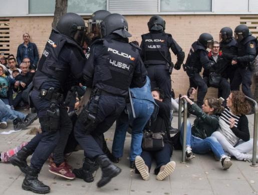 Carga policial en el ambulatorio del barrio leridano de Cappont, en Lleida.