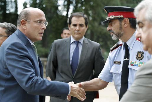 Foto de archivo del coordinador del dispositivo policial del 1-O, Diego Pérez de los Cobos (i), saludando al mayor de los Mossos d'Esquadra, Josep Lluis Trapero (d).