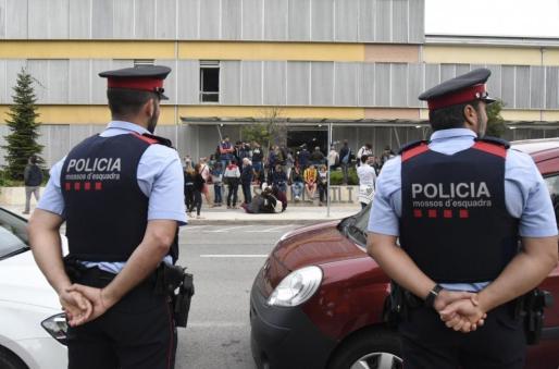 Mossos ante el colegio Gili Gayà de Lleida.