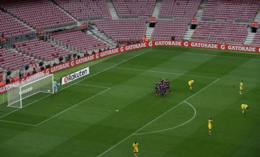 Los jugadores del F.C. Barcelona celebran un gol ante Las Palmas en un Camp Nou sin aficionados.