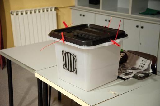 Imagen de una de las urnas y de las papeletas para la votación del 1-O.