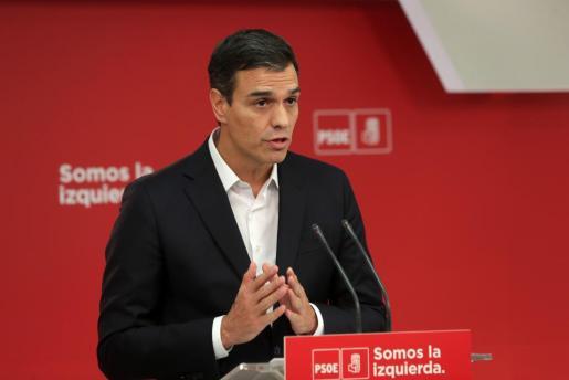 El secretario general del PSOE, Pedro Sánchez, durante la declaración en la sede de su partido, en Madrid, para valorar la jornada vivida en Cataluña a causa del referéndum.