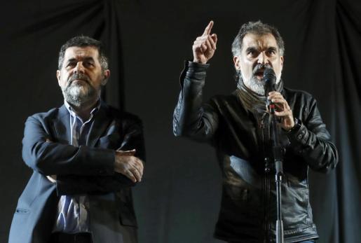 El presidente de la Asamblea Nacional Catalana (ANC), Jordi Sánchez (i) y el presidente de Omnium Cultural, Jordi Cuixart, durante sus discursos en la plaza de Cataluña.