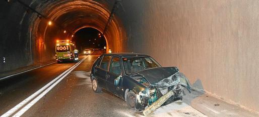 Los empleados de la UTE que cuida de los túneles del Consell tienen miedo de padecer accidentes irreparables. Son conscientes de que han de desarrollar su trabajo, pero reclaman una subida de sueldo por las especiales condiciones en que actúan. En la foto, imagen de archivo de un siniestro en el túnel de Peguera.