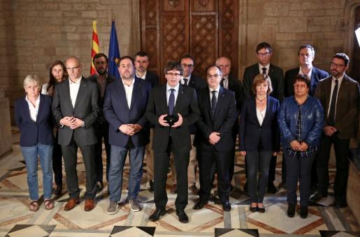 Carles Puigdemont junto a todo el equipo de la Generalitat.