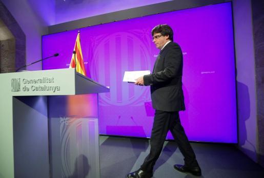 El president de la Generalitat, Carles Puigdemont, a su llegada a la conferencia de prensa que ha ofrecido la mañana de este lunes.