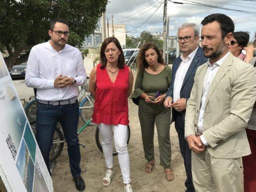 La presidenta del Govern, Francina Armengol, durante su visita este lunes al nuevo emisario de Talamanca en Ibiza.