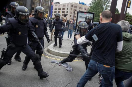 Spanish police scuffle with people outside a polling station for the banned independence referendum in Tarragona, Spain, October 1, 2017. REUTERS/David Gonzalez NO RESALES. NO ARCHIVES SPAIN-POLITICS/CATALONIA