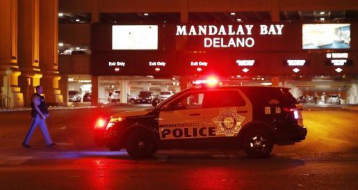 Un vehículo policial permanece a la entrada del hotel Mandalay Bay, cerca del lugar donde se produjo un tiroteo indiscriminado en Las Vegas.