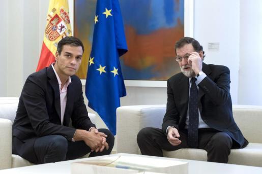 El presidente del Gobierno, Mariano Rajoy (d), recibe al líder del PSOE, Pedro Sánchez (i), en el Palacio de la Moncloa para analizar la situación tras la jornada del referéndum en Cataluña y las posibles actuaciones del Estado.