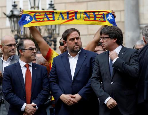 Varios miembros del Govern de la Generalitat, con Carles Puigdemont (d) al frente, en una concentración este lunes contra la violencia utilizada para desalojar colegios electorales durante la votación del 1-O.