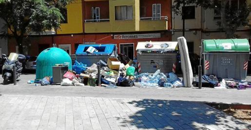 Los vecinos reconocen sentirse «preocupados» por el problema de suciedad que padece el barrio.