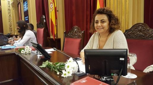 La miembro de la Mesa del Parlament y diputada econacionalista Joana Aina Campomar posa sonriente con las margaritas blancas en solidaridad con el pueblo de Cataluña.