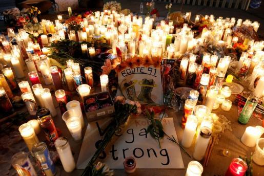 Numerosas velas y mensajes de duelo en un memorial improvisado por las víctimas del tiroteo masivo de Las Vegas.