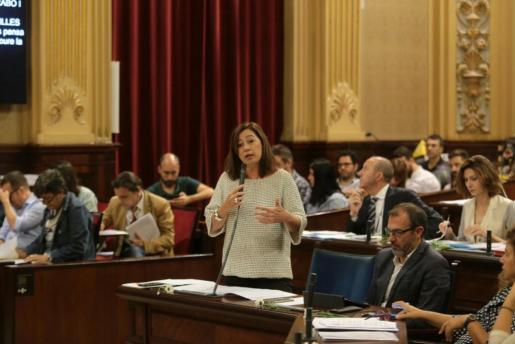 La presidenta del Govern, Francina Armengol, durante su intervención en el Parlament.
