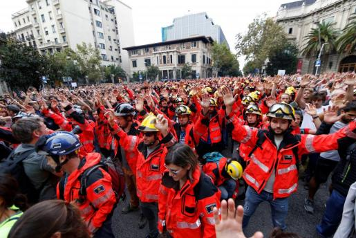 Numerosos manifestantes se han concentrado ante la delegación del Gobierno en la que ha tomado un protagonismo especial un grupo numeroso de bomberos de Barcelona uniformados que ha secundando la jornada de paro.