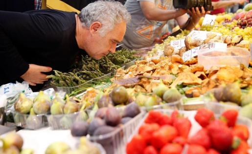 El cocinero Ferran Adrià en un puesto del Mercado Central de Valencia.