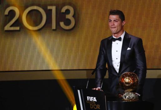 Un emocionado Cristiano Ronaldo recoge el Balón de Oro que le acredita como mejor jugador de la temporada 2013.