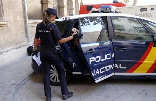 Agentes del Cuerpo Nacional de Policía procediron a la detención del sospechoso y acusado de un delito de agresión sexual y otro de acoso.
