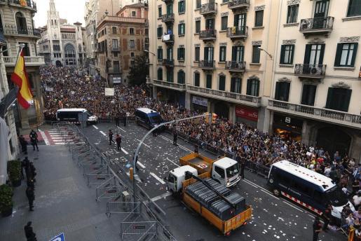 Un momento de la manifestación llevada a cabo en los Jardinets de Garcia, a su paso por la comisaría de Via Layetana. en protesta por las cargas policiales del 1-O.