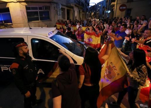 Un grupo de personas animando a los Policías en Pineda de Mar.