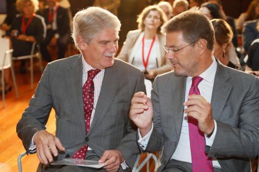 El ministro español de Exteriores, Alfonso Dastis (i), conversa con el ministro de Justicia, Rafael Catalá (d), durante un acto reciente.
