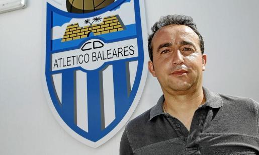 Armando de la Morena, en una imagen captada ante el escudo del Atlètic Balears en el campo de Son Malferit.