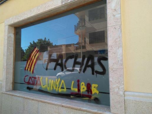 La sede del PP en Manacor ha amanecido este miércoles con pintadas a favor de la independencia de Cataluña.