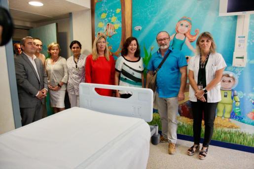 Francina Armengol y Patricia Gómez, junto a otras autoridades y representantes del hospital, durante su recorrido por las instalaciones.