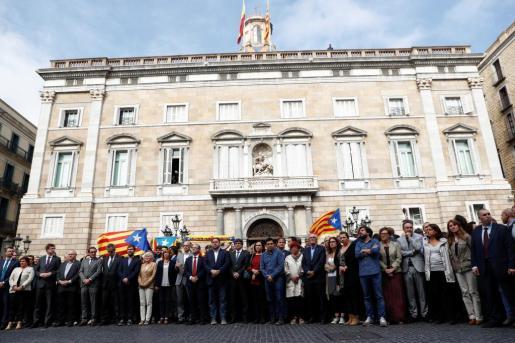 Carles Puigdemont y otros miembros del Govern en Plaza Sant Jaume.
