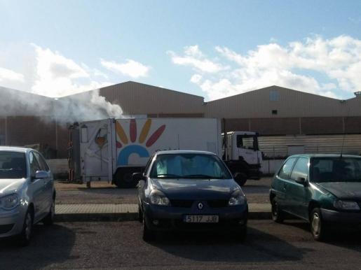 Imagen del humo saliendo del camión de recogida de basuras de Calvià.