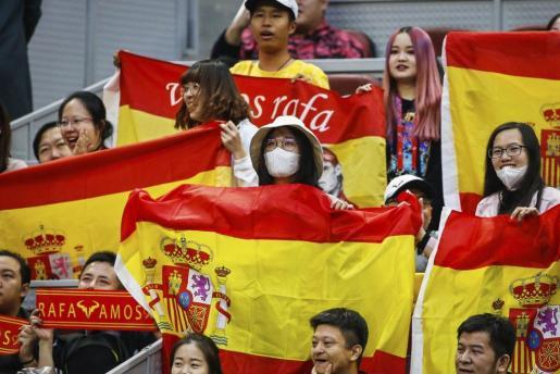 Aficionados animan al tenista Rafa Nadal con banderas españolas en Pekín.