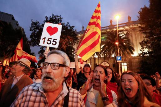 Imagen de algunos manifestantes en Cataluña tras la celebración del referéndum ilegal.