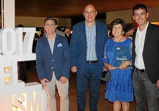 Miguel Jerez, Vicenç Marí, María Marí, de la finca ecológica ibicenca Can Muson, y su hijo Toni Ramonell.
