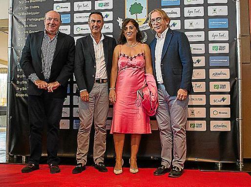 Juan Tomas (vicepresidente Federación Balear Golf), Angel Paez (director Golf Maioris) y su esposa, y Bernardino Jaume (presidente de la Federación Balear de Golf).