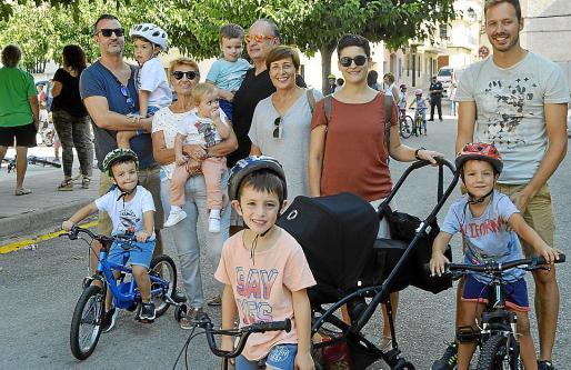 Pere Pons, Marga Tortella, Toni Tortella, Tina Joan, Clara Sureda y Jaume Ordines con los pequeños Pere, Pau, Aina, Jaume, Miquel y Pau.