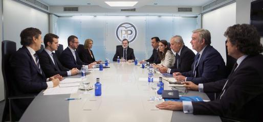 Fotografía facilitada por el PP, del jefe del Ejecutivo y presidente del PP, Mariano Rajoy (5i), junto a la secretaria general, María Dolores de Cospedal (4i); el coordinador general, Fernando Martínez-Maillo (5d); los portavoces, Rafael Hernando (i) y José Manuel Barreiro (2d); los vicesecretarios generales, Pablo Casado (2i), Javier Maroto (3i), Adriana Lastra (4d) y Javier Arenas (3d), y el jefe del gabinete del presidente, Jorge Moragas (d).